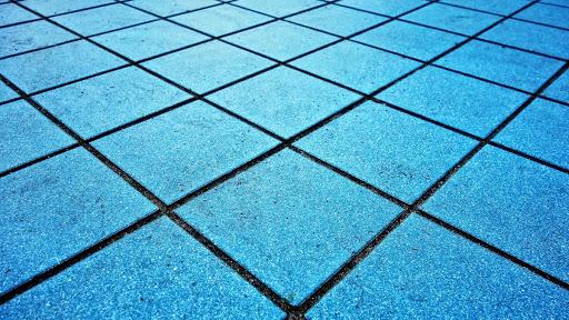 acqua ossigenata per pulire piastrelle di casa e giardino